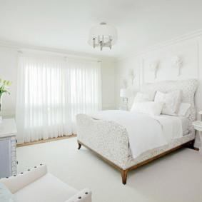 Intérieur blanc comme neige d'une chambre moderne