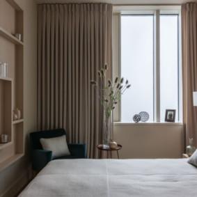 Décoration intérieure simple d'une petite chambre