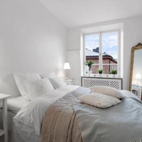 Murs blancs dans une petite chambre