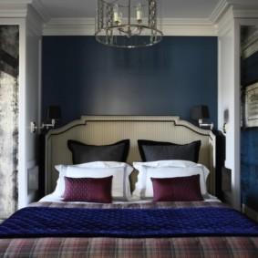 Grand lit dans la chambre d'une maison privée