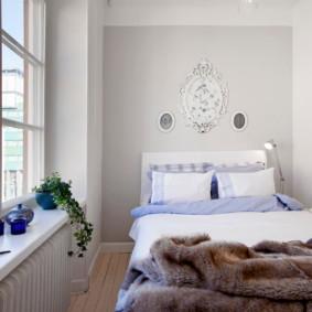 Grande fenêtre dans une petite chambre
