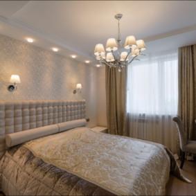 Lustre au-dessus du lit double dans la chambre des conjoints