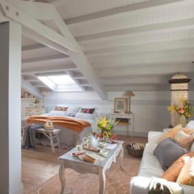 Plafond en bois d'une chambre dans une maison rustique