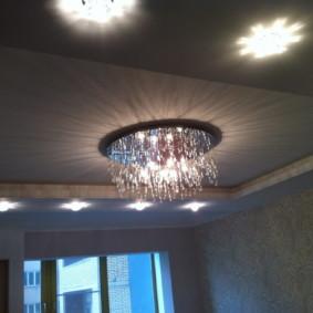 Lustre en verre sur un plafond tendu dans le hall
