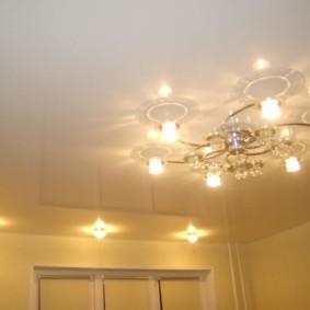 La combinaison de projecteurs avec un lustre dans le hall