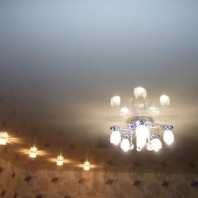 Petit lustre au plafond du salon