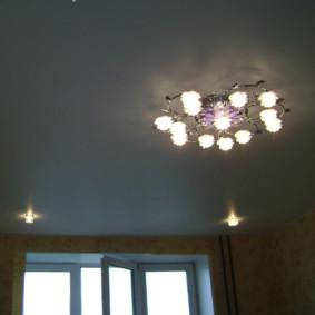 Plafond du hall avec lustre et lumières intégrées