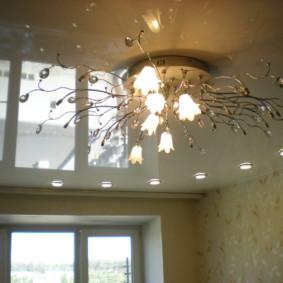 Lustre contemporain sur une toile de plafond tendue