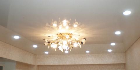 Disposition rectangulaire des lampes au plafond du salon