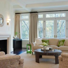 Thiết kế phòng khách rộng rãi với lò sưởi thực sự