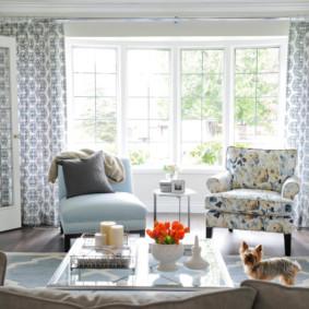 Hai chiếc ghế bành với ghế bọc khác nhau trong phòng khách