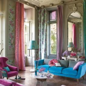Rèm cửa nhiều màu trong phòng khách có cửa sổ cao