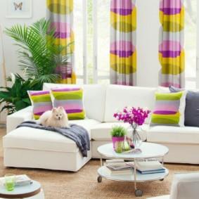 Sofa góc với nội thất màu trắng
