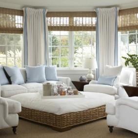 Gối màu xanh trên đồ nội thất màu trắng