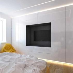 Chambre de style minimaliste avec télévision dans une niche