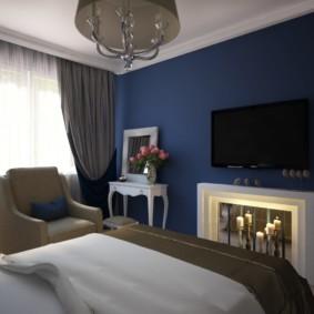 Mur bleu foncé dans une petite chambre