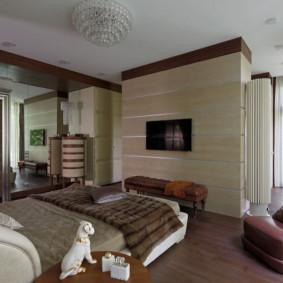 Fauteuil marron dans la chambre avec parquet