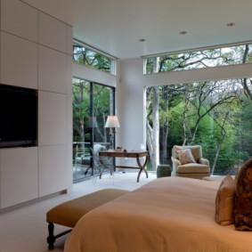 Chambre moderne avec fenêtres panoramiques
