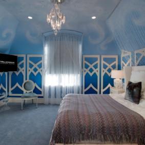 Lustre en verre au plafond d'une chambre élégante