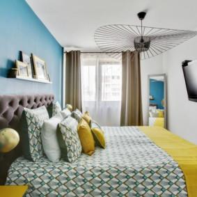Chambre étroite dans un appartement de deux pièces