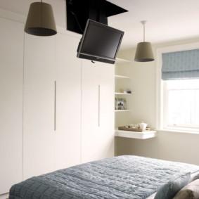 Placer le téléviseur sur le plafond blanc de la chambre