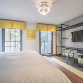 Pelmets jaunes sur les fenêtres d'une chambre dans une maison privée
