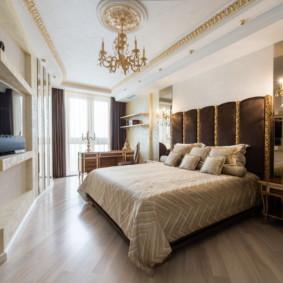 Lustre avec décoration de plafond doré avec moulures