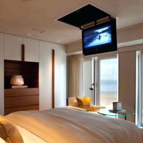 TV sur une trappe dans le plafond de la chambre