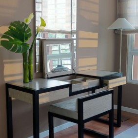 Coiffeuse noire et grise dans une chambre moderne