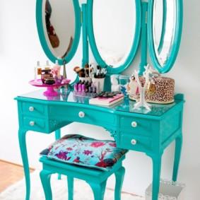 Coiffeuse turquoise avec trois miroirs