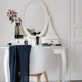 Chaise haute blanche dans la chambre