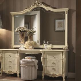 Grand miroir dans un cadre en bois