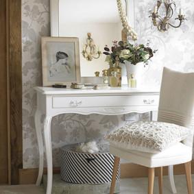 Oreiller blanc sur une chaise classique