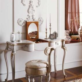 Une petite table dans la chambre d'une jeune fashionista