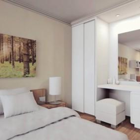 Une peinture d'un artiste célèbre sur un lit dans la chambre