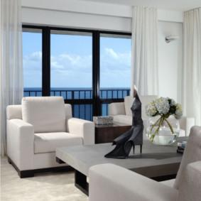 Rideaux blancs sur une grande fenêtre