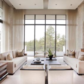 Fenêtres panoramiques dans le salon avec haut plafond