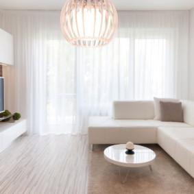 Canapé en cuir dans une salle blanche