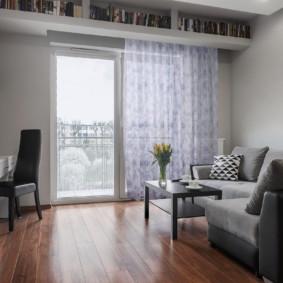 Rideau lumineux sur la fenêtre avec une porte de balcon