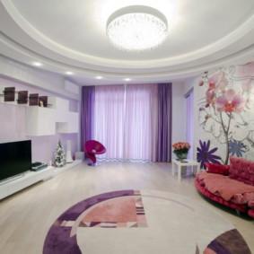 Rideaux lilas dans un salon spacieux
