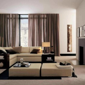 Conception de la salle avec des rideaux marron