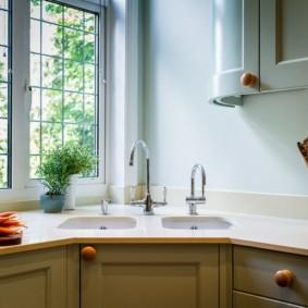 Évier double devant la fenêtre de la cuisine