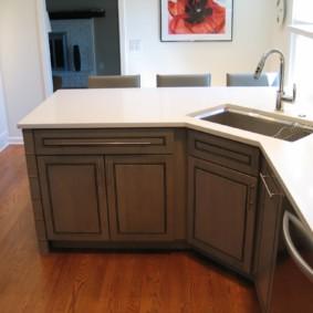 Plan de travail blanc avec évier de cuisine