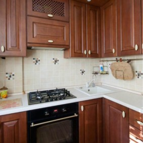 Poêle à gaz près de l'évier de la cuisine