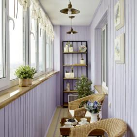Un endroit confortable pour se détendre sur un balcon confortable