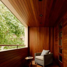 Fauteuil moelleux sur le balcon ouvert