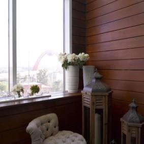 Vase avec des fleurs fraîches sur le rebord de la fenêtre du balcon
