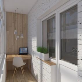 Table d'ordinateur sur un balcon moderne
