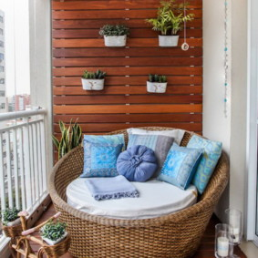 Mobilier en bois résistant à l'humidité à placer sur le balcon
