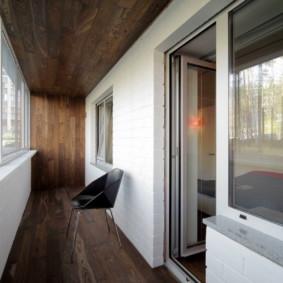 Doublure de plafond en bois dans une loggia moderne